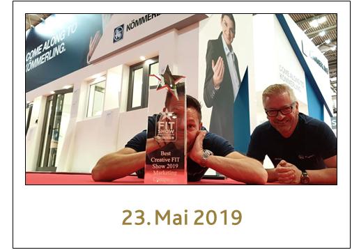 Zwei Kollegen der profine UK mit ihrem Preis für die beste Marketing Kampagne der FIT Show 2019