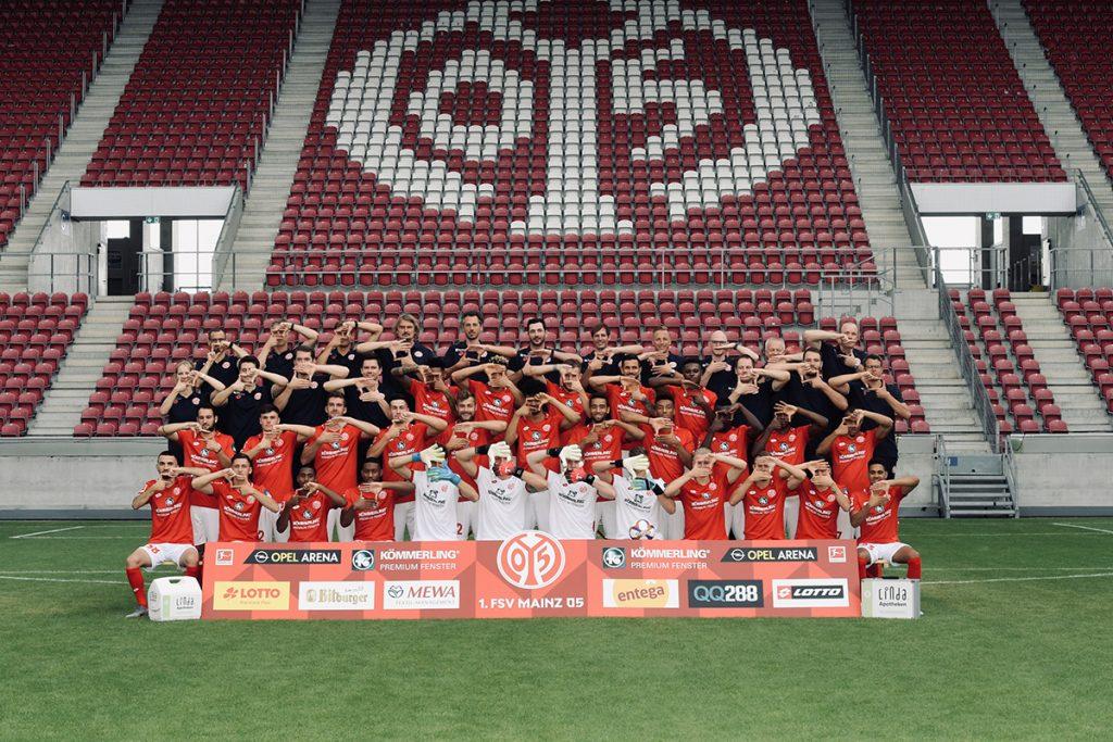 Mannschaftsfoto von Mainz 05 mit der Fenster Geste der profine