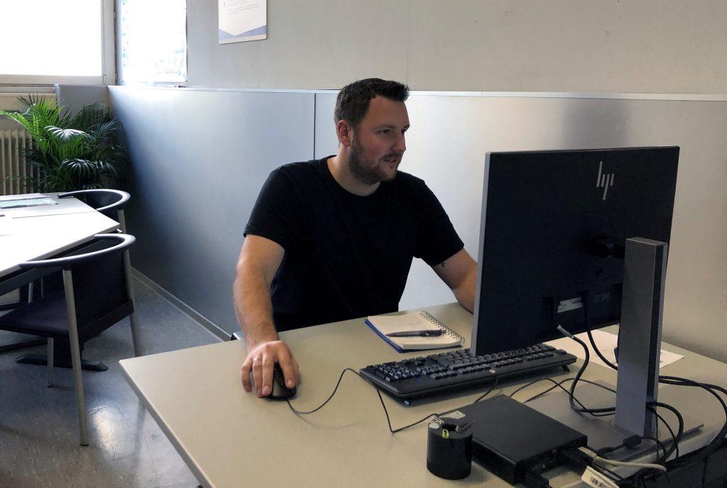 Mitarbeiter am Schreibtisch vor dem Computer
