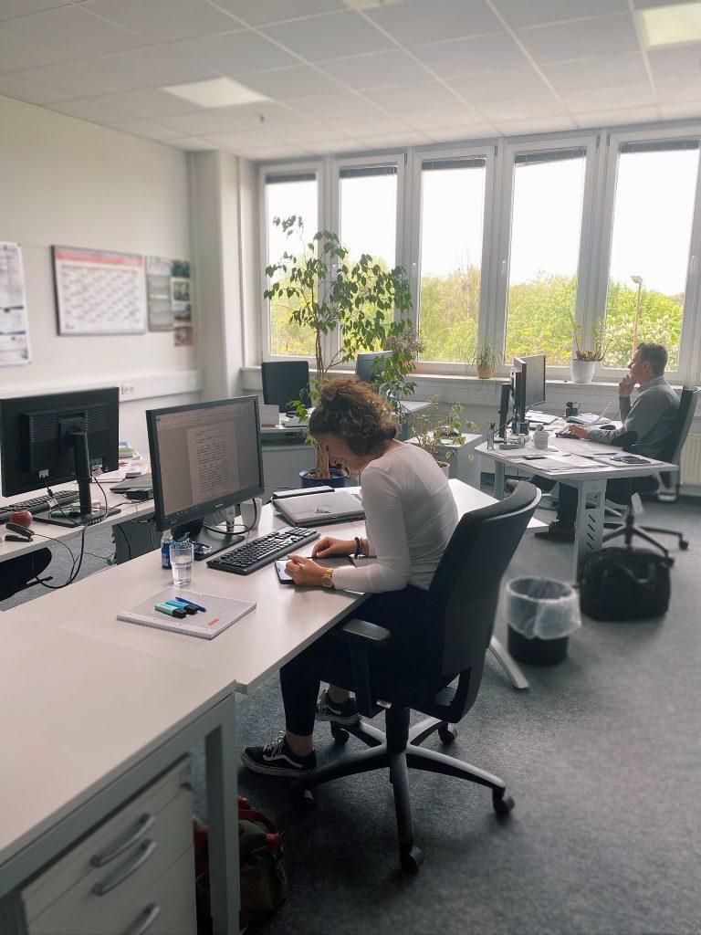 Unsere duale Studentin Vanessa im Büro des Controllings in Berlin