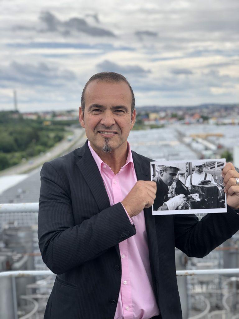 Christian Amling auf den Dächern der profine, wie er ein Bild von sich von früher zeigt.