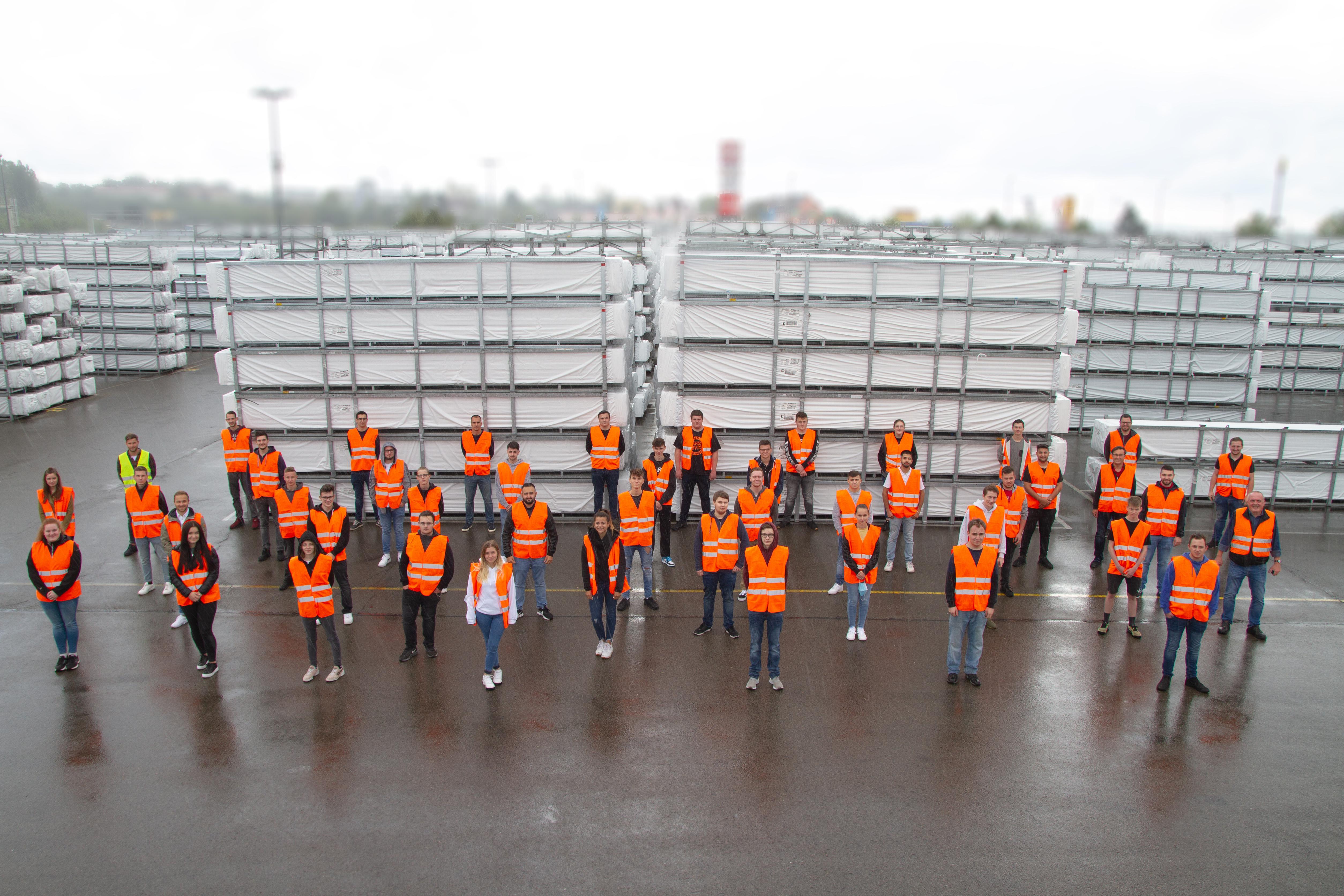Gruppenfoto der Azubis 2020, auf dem Außenlager am Standort Pirmasens.