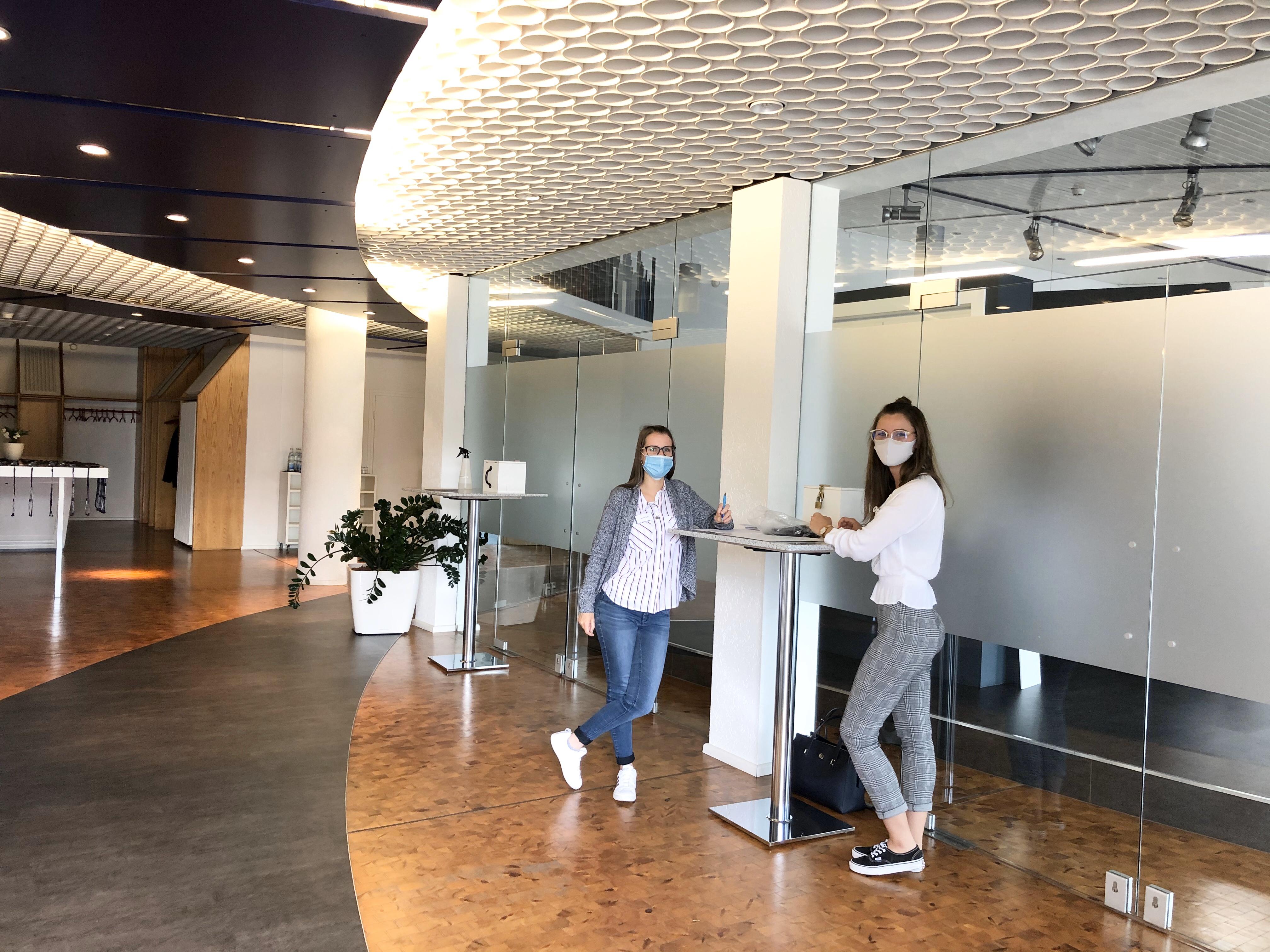 Jasmin Klein und Sarina Groß am Empfang der Neuanfängerveranstaltung