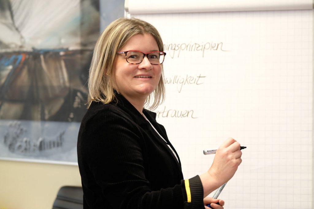 Kerstin Lotter, Leiterin der profine Partnerakademie, am Flipchart