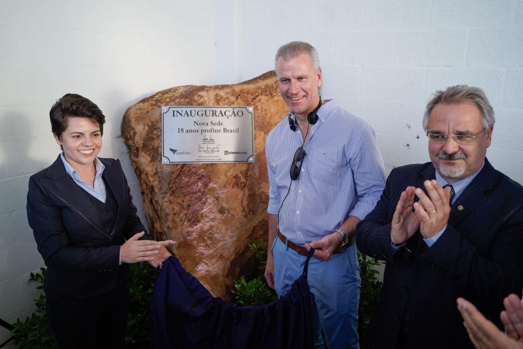 Herr Dr. Peter Mrosik mit zwei Mitarbeitern bei der Eröffnung der profine in Brasilien.