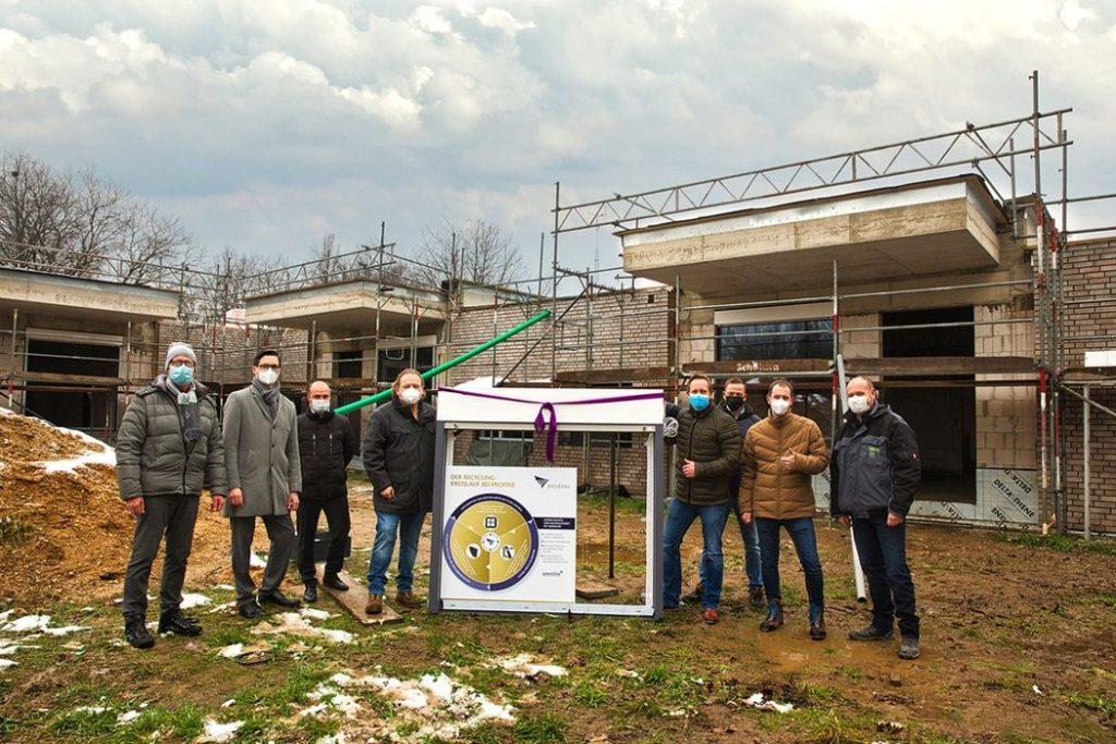 Unser ReFrame Projektteam vor dem Kindergarten in Mönchengladbach, in welchem die ersten 100 % recycelten Fenster verbaut werden.