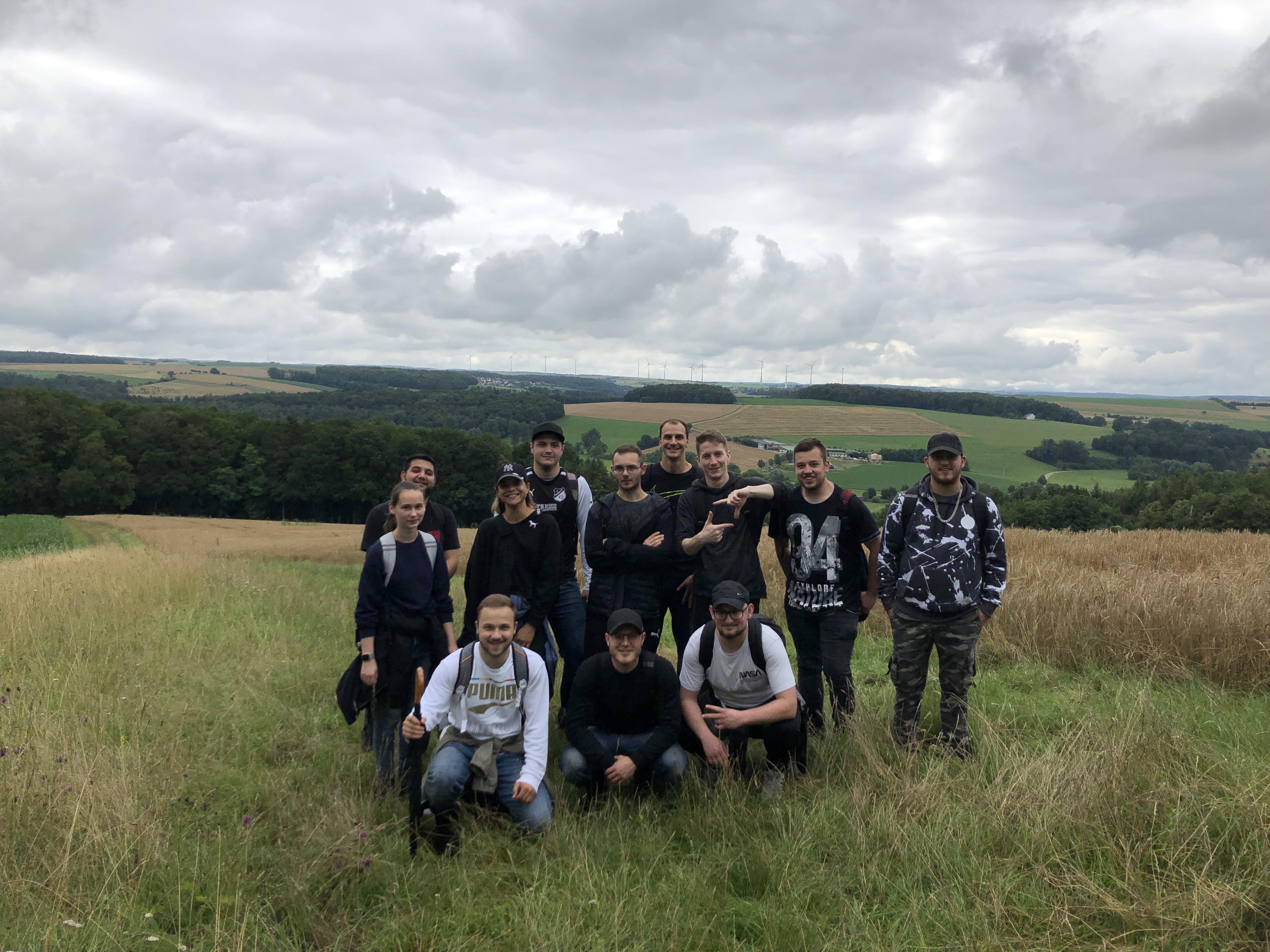 Gruppenbild bei der Schnitzeljagd und Wanderung am zweiten Tag des Teamcamps.