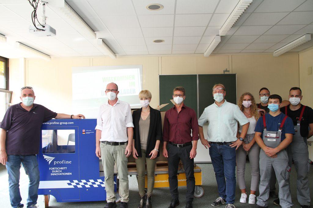 Gruppenfoto zur Übergabe des Ladungssicherungs-Busses.