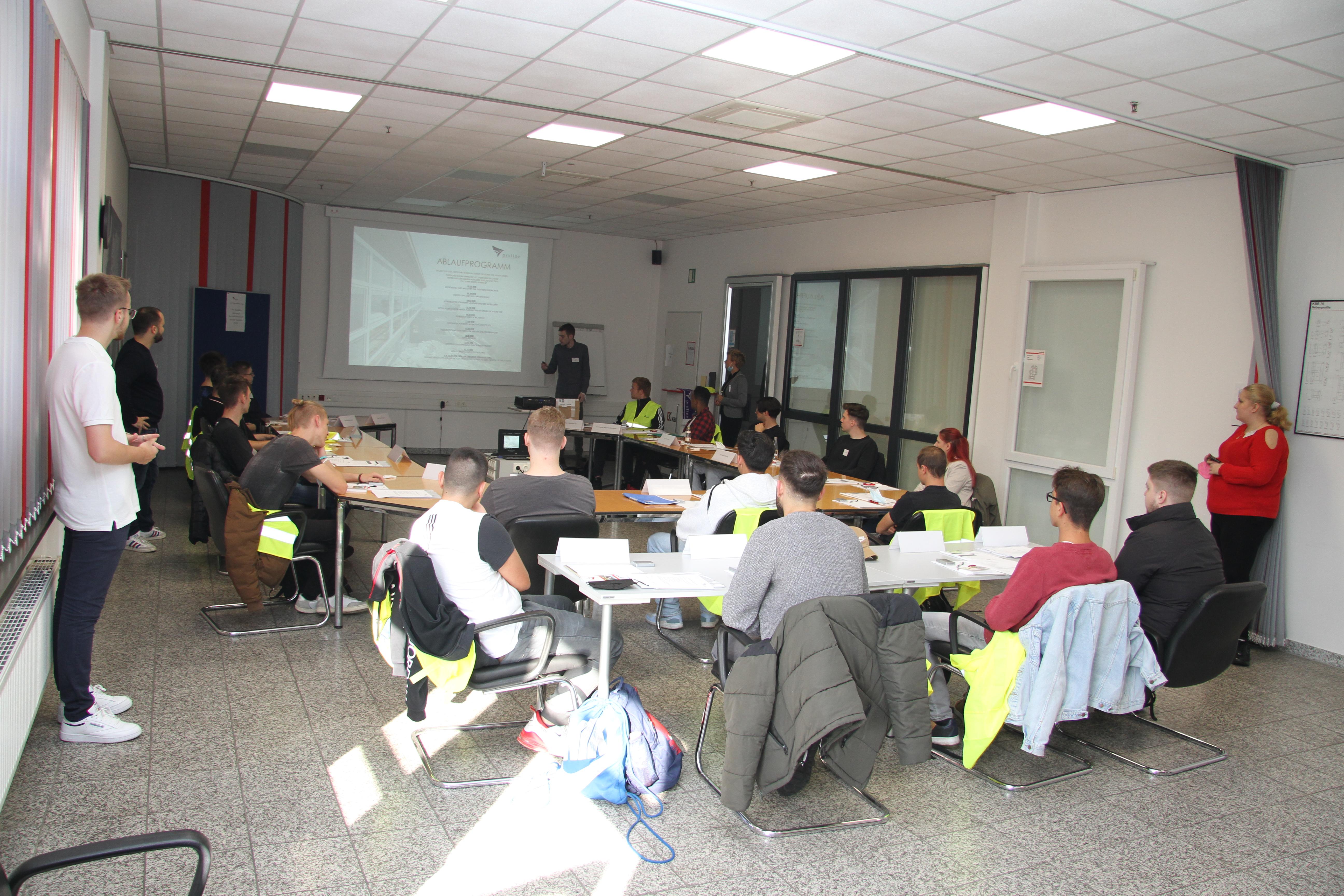 Azubi Yann Kniest präsentiert die Agenda des ersten Tages.